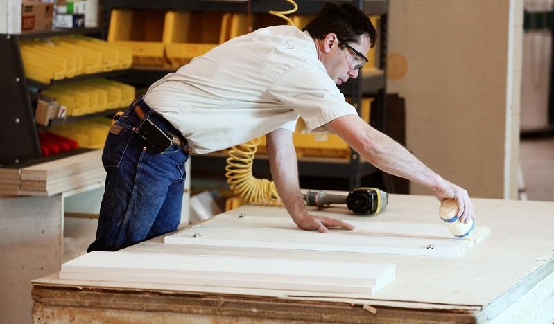 Für die Herstellung von Möbeln mit runden Kanten oder Intarsien werden Klebstoffe benötigt, die Spannungen aufnehmen und kompensieren.
