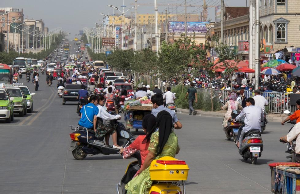 Die Kritik des Chinesischen Konsulats richtet sich gegen die Beratung über die Menschenrechtsverletzungen in der westlichen Provinz Xinjiang.  Die Stadt Kaxgar (auch Kaschgar oder Kashi genannt) ist Hauptstadt des Regierungsbezirks Kaxgar im Uigurischen Autonomen Gebiet Xinjiang der Volksrepublik China. (#1)