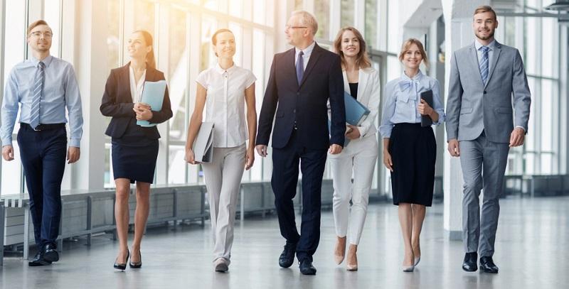 Ein Chef, der ein offenes Ohr für alle Beschäftigten hat, kann im Gegensatz zu den meisten anonymen Großunternehmen mit persönlicher Beziehung punkten. Mitarbeiter sollten das Gefühl haben, wichtig zu sein.