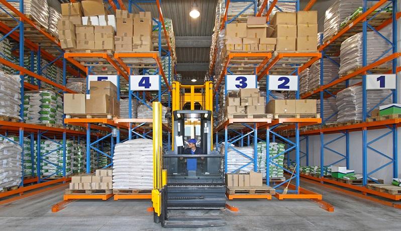 Hochregallager sind zwischen zwölf und 45 Meter hoch und werden mit Regalen bestückt, die teilweise in die tragende Konstruktion integriert sind.