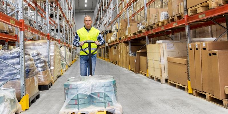 Wenn es sich um eine Logistikhalle handelt, wird die Auswahl von den Lagerarten. determiniert. Hallen werden jedoch auch als Produktionshallen benötigt.