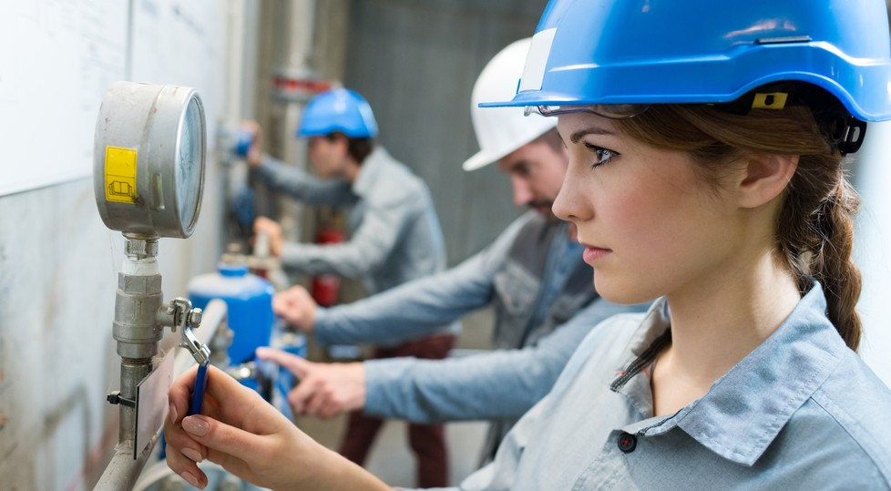 Quality Management Software (QMS): In Räumen mit schlechtem oder gar keinem Empfang bietet der Offline-Modus trotzdem die Möglichkeit der Qualitätssicherung mit Mobile Devices. (Foto: shutterstock - ALPA PROD)
