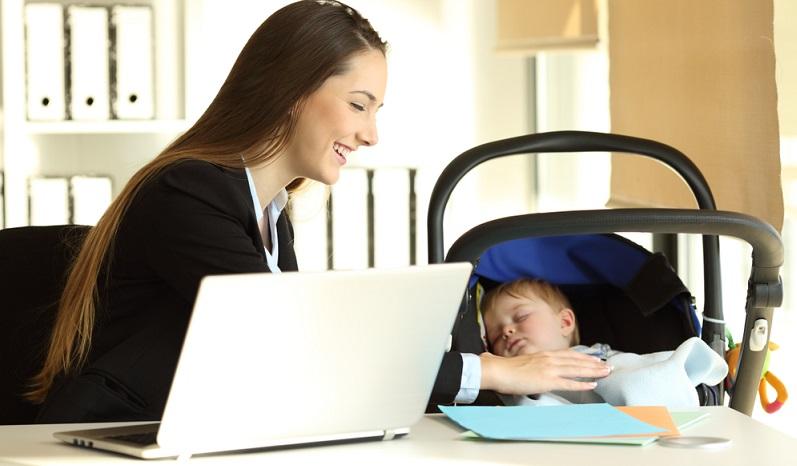 Frauen, die trotz Kindeserziehung weiterhin gearbeitet haben, müssen sich bis heute mit dem Vorwurf auseinandersetzen, angeblich schlechtere Elternteile zu sein.