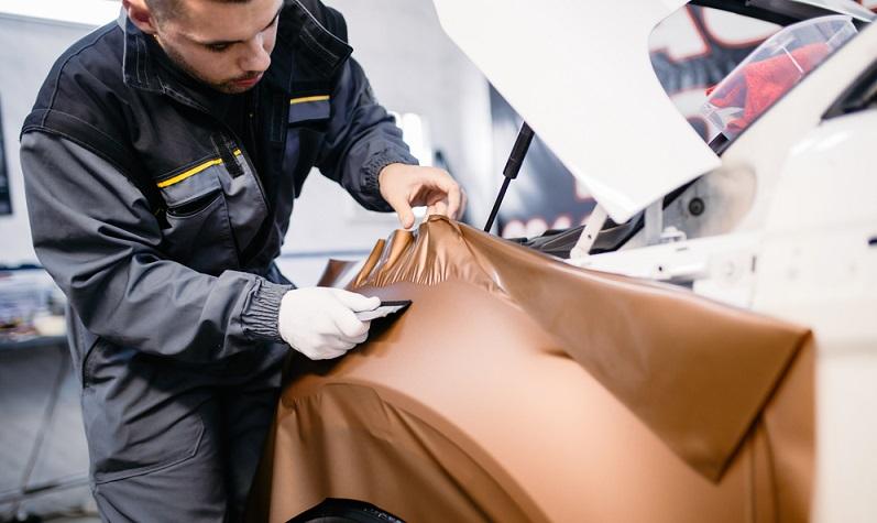 Die Fahrzeugfolierung ist auch unter dem englischen Begriff Car Wrapping bekannt und eine Methode, bei der die Karosserie des Fahrzeugs mit einer speziellen Folie überzogen wird.