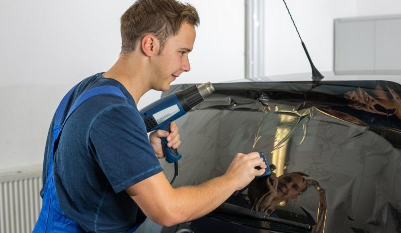 Um Kosten zu sparen, entscheiden sich Tuning-Fans oft dafür, die Fahrzeugfolierung selbst durchzuführen.