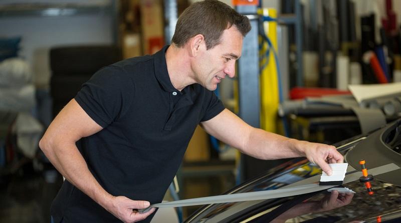 Hochwertige Folien schützen das Auto vor Beschädigungen und Steinschlag.