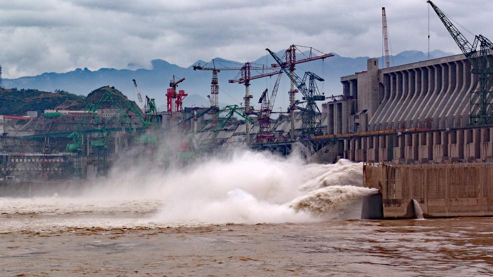 """Der Projekt """"Drei Schluchten Staudamm"""" beschäftigte bereits Generationen von Politikern. Mao Zedong unternahm große Anstrengungen, scheiterte jedoch. Deng Xiaoping schließlich konnte dem Projekt in China den nötigen Platz einräumen. (#4)"""