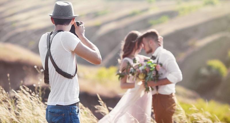 Es ist möglich, sich als Fotograf selbstständig zu machen, obwohl das Anfangskapital gering ist. Viele Kunden beauftragen Fotografen für Hochzeiten oder andere Veranstaltungen, sodass es nicht nötig ist, über ein eigenes Foto-Studio zu verfügen.