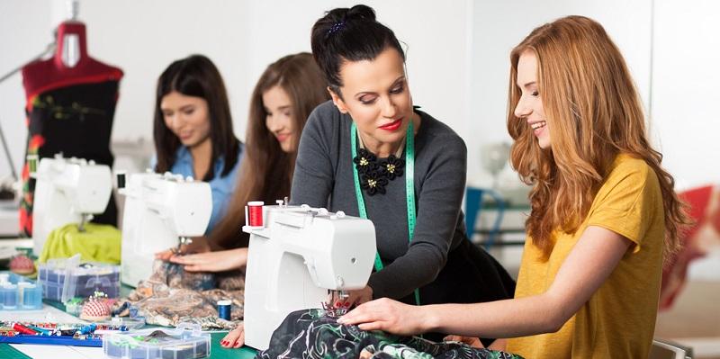 Selbstentworfene, genähte und im Internet veräusserte Kleidung. Schon ist das Startup gegruendet.