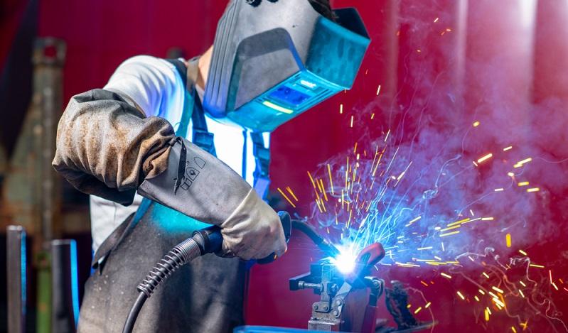 Das Arbeitsschutzgesetz sieht spezielle Schutzkleidung vor. Diese kann für den einmaligen oder für den mehrmaligen Gebrauch konzipiert sein, wobei mehrmals zu verwendende Schutzkleidung besonders hohe Anforderungen an Reinigung, Prüfung und Wartung stellt.