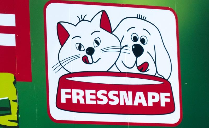 Fressnapf ist vermutlich auch bei Menschen bekannt, die keine Haustiere haben.