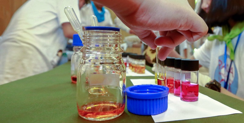 Der genannte Magensaft ist nur ein Beispiel für eine Probe mit einem sehr kleinen Volumen. Auch bei der Untersuchung von Speichel oder Blutresten auf ihren pH-Wert hin ist es schwierig, die Proben exakt zu messen.