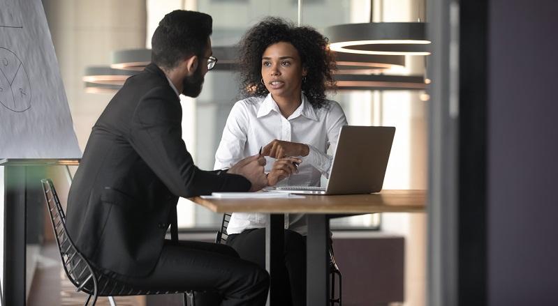 Es ist immer besser aufgeklärt in ein Gespräch mit dem Chef zu starten. (Fotolizenz-shutterstock: fizkes _)