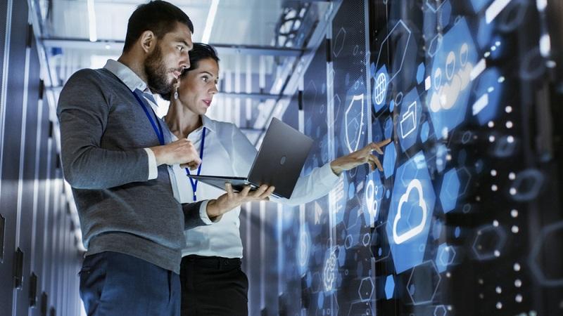 In Zeiten, in denen überall auf die Notwendigkeit der Datensicherung hingewiesen wird, fragen sich viele Kleinunternehmer, ob die Nutzung der Cloud wirklich sinnvoll ist. (Fotolizenz-Shutterstock: Gorodenkoff )