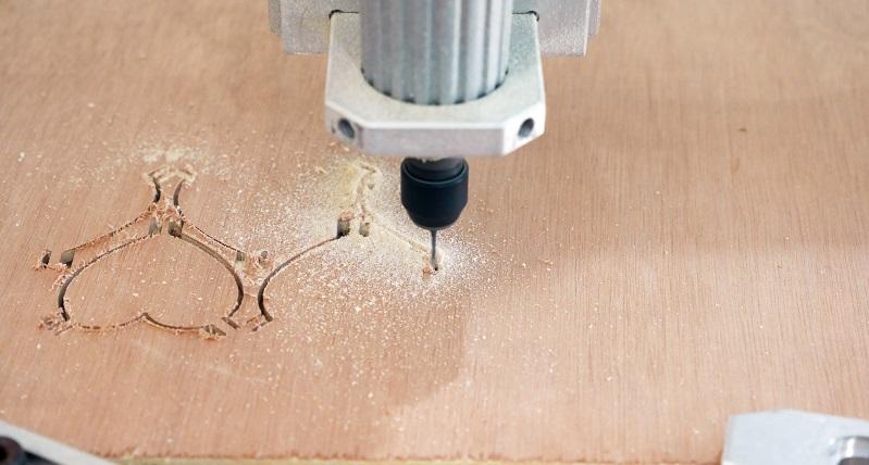 In der Bearbeitung von Holz gibt es viele verschiedene Varianten, das gewünschte Ergebnis zu erreichen. Das einfache Sägen und Schleifen ist allerdings nicht mehr wirklich zeitgemäß. ( Foto: Shutterstock-  Teerapat Ungsriwong)