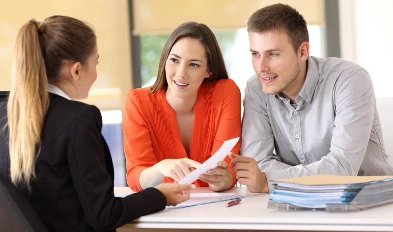 Allzu oft werden nur die reinen Kosten im Blick behalten, wenn versucht wird, das beste Kreditangebot und damit unkomplizierte Kredite zu finden.  ( Foto: Shutterstock- Antonio Guillem)