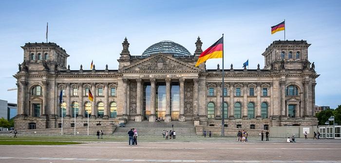Diäten Bundestag: Wieviel Nebeneinkünfte sind noch legitim? ( Foto: Shutterstock-Sergey Kelin )