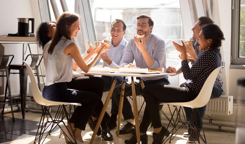 Angesichts dessen, dass sich die Beschäftigten im Ruheraum erholen sollen, sind anregende Farben per se tabu. ( Foto: Shutterstock-fizkes)