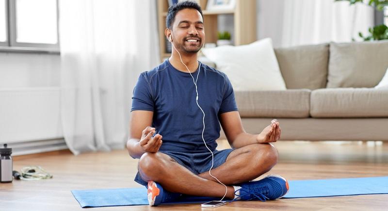 Dank der Pandemie geht es Meditations-Apps so gut wie noch nie, wobei es fraglich ist, ob das höhere Gesundheitsbewusstsein der Menschen oder deren Langeweile zu Hause eine Rolle spielt.  ( Foto: Shutterstock-Syda Productions )
