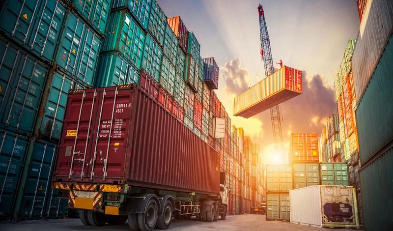 Weitaus sicherer können Kisten auf dem Lkw transportiert werden, wobei der Stückgutverkehr per Lastkraftwagen im Nah- und Flächenverkehr ohnehin die Nase vorn hat. ( Foto: Shutterstock-Travel mania)