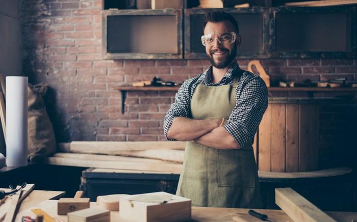 Die Handwerker-Haftpflichtversicherung ist nicht in allen Berufen Pflicht. Sie ist aber für den Handwerker als Unternehmer smart, weil sie für überschaubares Geld finanzielle Risiken absichert. (Foto: shutterstock - Roman Samborskyi)