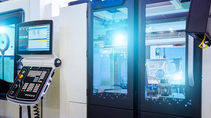 Retrofitting wie bei dieser CNC-Fräs-Maschine für die Metallbearbeitung kann in verschiedenen Stufen erfolgen. Wie weit man als Unternehmer geht, hängt ganz schlicht von der betriebswirtschaftlichen Bewertung ab. ( Foto: Shutterstock-Timofeev Vladimir )