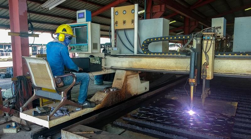 Retrofitting ist für viele betagte Maschinen ein Jungbrunnen. Diese CNC-Plasma-Laser-Schneide-Anlage wäre ein guter Kandidat.  (Foto: Shutterstock-Thaweesak Thipphamon )