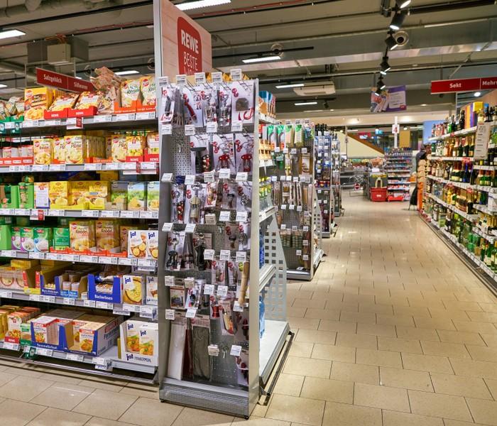 Beispiel für eine Zweitplatzierung von Waren in einem Verkaufsdisplay an einem Gondelkopf (Foto: shutterstock – Sorbis)