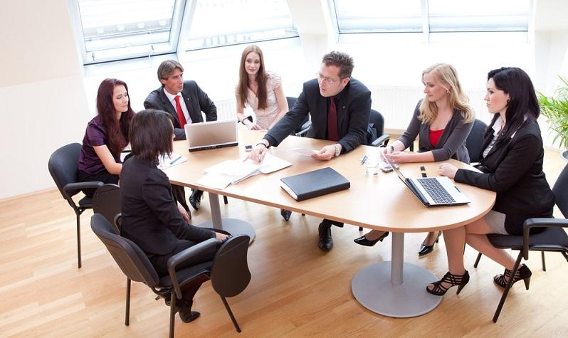 Besprechungen mit Mitarbeitern und Geschäftspartnern oder Besuchern werden vorbereitet und begleitet. (Foto: Shutterstock-Franz Pfluegl)