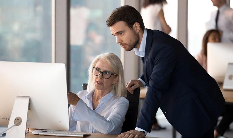 Von den Sekretärinnen abzugrenzen ist die Assistentin, deren Aufgaben noch weit über die der Sekretärinnen hinausgehen. (Foto: Shutterstock-fizkes)