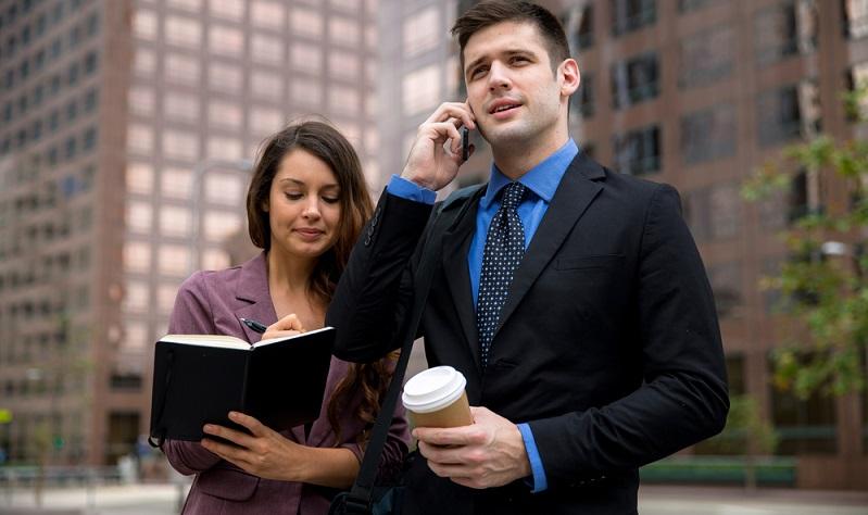 Die Assistentin ist stärker in die Verhandlungen mit Kunden und Geschäftspartnern involviert. Eine Aufgabe ist es zum Beispiel auch, den Chef bei Dienstreisen zu begleiten.  (Foto: Shutterstock-_ El Nariz )