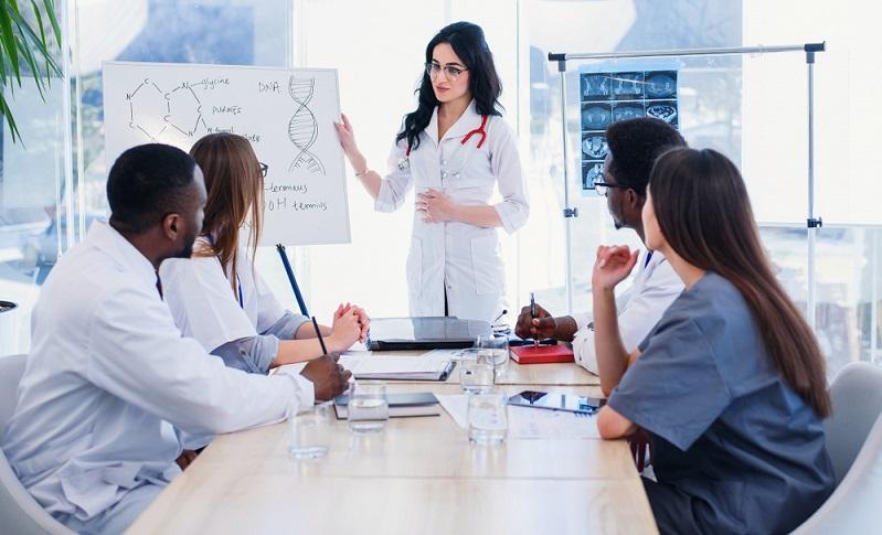 Die Deutsche Akkreditierungsstelle bietet regelmäßig Seminare für Interessenten, die sich einen Überblick über die Labornorm und die Prüfung der gestellten Anforderungen verschaffen wollen.  (Foto: Shutterstock-Gorynvd )
