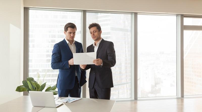 Die Bewertung einer Gewerbeimmobilie erfolgt auf Basis des Ertragswertverfahrens. (Foto: Shutterstock-fizkes)