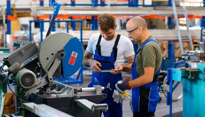 Um die Arbeitssicherheit zu gewährleisten und die Gesundheit der Arbeitnehmer zu schützen, müssen seitens des Arbeitgebers verschiedene Maßnahmen ergriffen werden.( Foto: Shutterstock-Firma V.