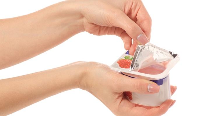 Plastik kann recycelt werden, wenn es sortenrein ist. Das heißt, dass ein Joghurtbecher recyclingfähig ist, in Kombination mit seinem Aluminiumdeckel hingegen kann er nicht wiederverwertet werden. (Foto: Shutterstock-Kabardins photo)