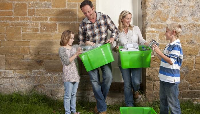 Plastik richtig trennen das sollten schon die Kinder lernen ( Foto: Shutterstock- Air Images )