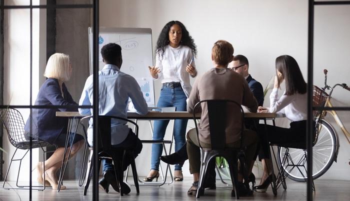 Der Bildungsgutschein stellt eine Übernahmegarantie der Kosten für eine Weiterbildung für Beschäftigte dar. ( Foto: Shutterstock-fizkes)