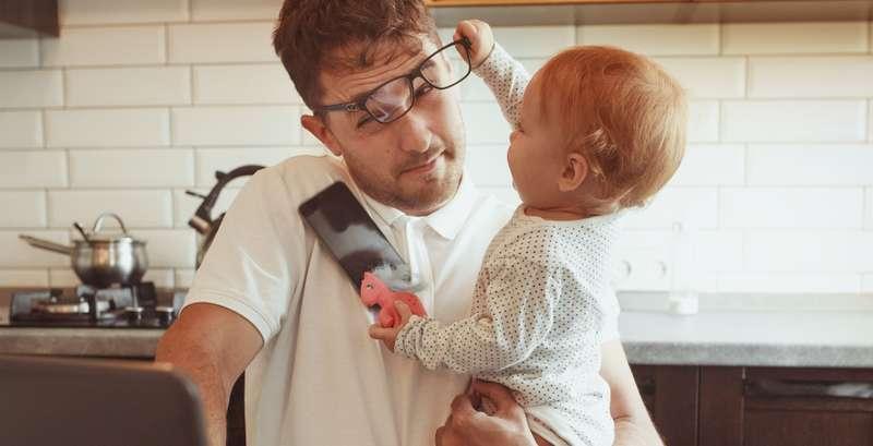 Für die Zeit im Home-Office muss sich eine andere Lösung finden lassen, um ein Kleinkind zu betreuen. ( Foto: Shutterstock-Maria Svetlychnaja )
