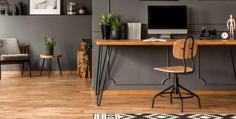 Der Raum ist als klassisches Arbeitszimmer mit wenig Ablenkungsmöglichkeiten perfekt für das konzentrierte Arbeiten geeignet. ( Foto: Shutterstock- Photographee.eu )