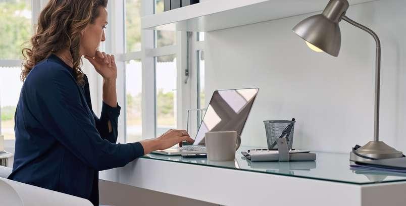 Hier auf dem Bild bietet sich der Unternehmerin eine sehr gute Möglichkeit, konzentriert und produktiv zu arbeiten.( Foto: Shutterstock- Daxiao Productions )