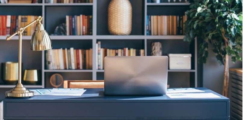 Wer im Home-Office arbeitet und Nachschlagewerke, Ordner oder ähnliche Arbeitsmaterialien benötigt, ist mit einem großen Regal in Griffweite gut beraten. ( Foto: Shutterstock- Undrey )