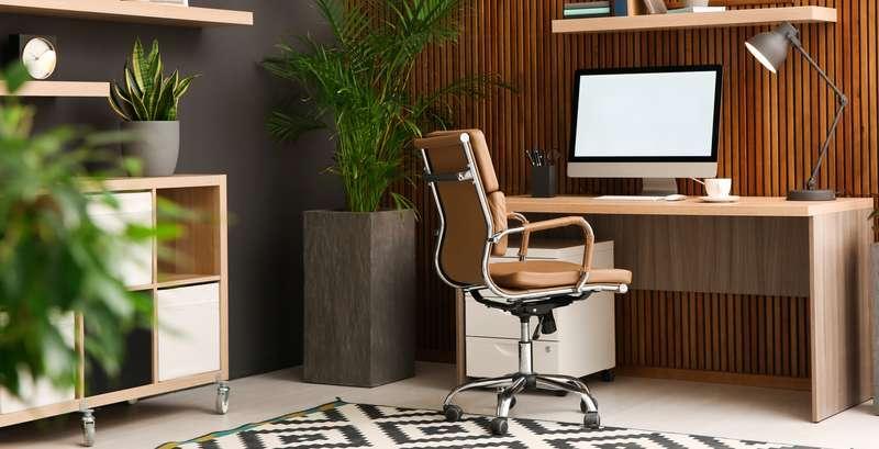 Der Schreibtisch steht hier vor der eleganten Holzvertäfelung, die warmen Holz- und Grautöne wirken beruhigend und gleichzeitig warm. ( Foto: Shutterstock-New Africa).