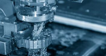 Drahtbiegemaschinen: Definition, Anwendungsbereiche, Anforderungen (Foto: Der Stanzprozess der Stanzeinlage durch die Steuerung der Drahtschneidemaschine durch CNC-Programm, shutterstock - Pixel B)