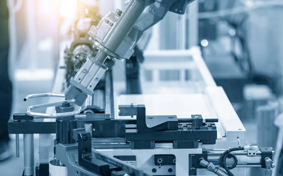 Während Drahtbiegemaschinen umfänglich auf der CNC-Technologie basieren, wurde im benachbarten beriech der Rohrbiegung bereits auf Industrieroboter gesetzt, welche den Biegevorgang am Material übernehmen. Unser Foto zeigt die hochtechnologische Materialhandhabung im Robotik-Rohrbiegeverfahren. Die hochtechnologische Prozesssteuerung (hier in der Automobilteileherstellung) übernimmt ein Computersystem. (Foto: shutterstock - Pixel B)